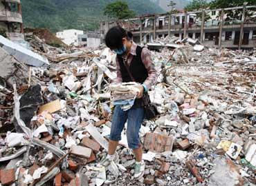 Con más de cien personas muertas o sepultadas bajo los escombros y el 80 por ciento de las casas...