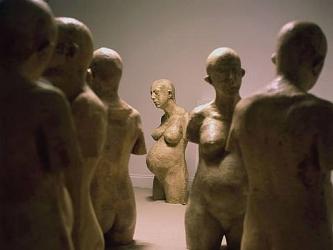 Los once bustos, que a simple vista parecen hechos en piedra, son acompañados por varios adornos en...