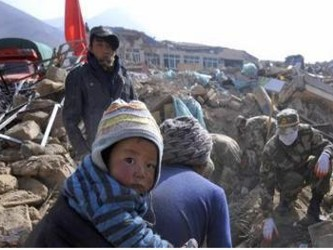 La ciudad de Jiegu, la urbe más afectada y en la que residían unas cien mil personas, así como...