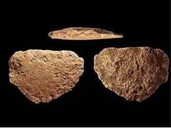 David indicó que el hacha más antigua encontrada hasta ahora tiene entre 20,000 y 30,000 años de...