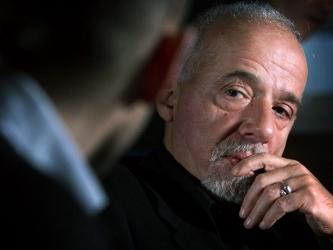 Coelho publicó una carta de su editor en Irán, Arash Hejazi, vinculado a la oposición, informándole...