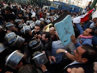 """""""A este Parlamento no lo eligió el pueblo"""", estimó Mohamed Sobhi, un estudiante de 19..."""