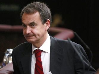 El jefe del gobierno español, quien estaba acompañado por el presidente chileno, Sebastián Piñera,...