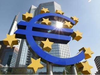 El BCE dijo que los bancos pidieron 50,700 mdd en fondos en la divisa estadounidense a 84 días y...