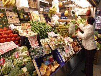 El índice, que mide cambios mensuales en los precios de una canasta alimentaria de granos,...