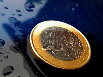 El euro se fortalecía un 0.7% a 1.3242 dólares, sin cambios frente a su cotización antes del...