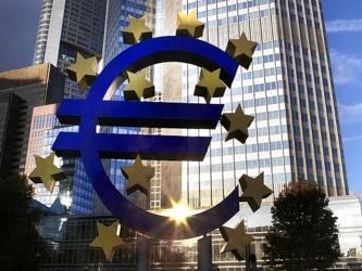El más reciente sondeo de Reuters a 74 economistas sugiere que el BCE mantendrá estable su tasa en...