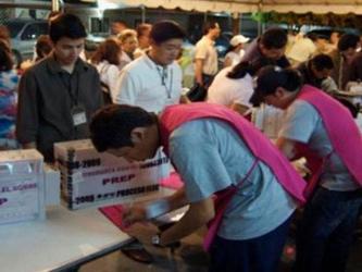 Otros grupos de mexicanos que cuentan con la documentación requerida preparan sus cruces desde...