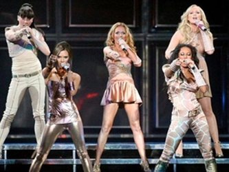 Las Spice Girls, que lideraron las listas de ventas en los 90, se reúnen para un momento nostálgico...