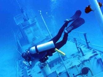 Los restos del naufragio reposan a sólo seis metros -20 pies- bajo el agua, y corresponden a uno de...