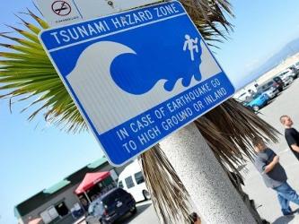 Una señal advierte del riesgo de tsunamis en la costa de Venice, en California, y aconseja ir a...