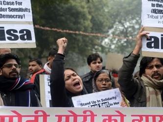 El ataque del 16 de diciembre a la joven de 23 años y a un acompañante masculino desató protestas...