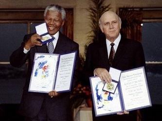 Nelson Mandela y F.W. de Klerk, en la ceremonia celebrada en Oslo donde recibieron el Premio Nobel...