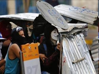 Maduro dice que los opositores tratan de provocar un golpe de Estado. Sus rivales acusan que la...
