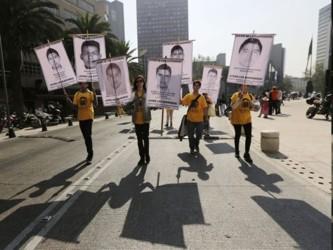 Durante una tensa marcha en Ciudad de México con miles de personas clamando justicia, los padres de...