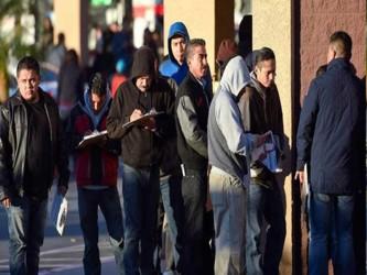 Antes del mediodía, cerca de 6.200 personas habían postulado a obtener una licencia bajo la ley,...