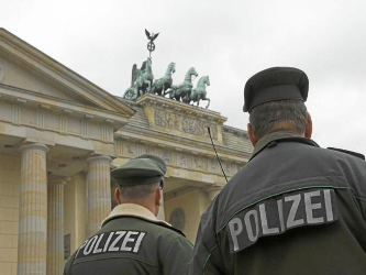 Las líneas aéreas, por ejemplo, deben, según esta normativa, indicar a la inteligencia alemana...