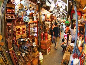 El mercado de Chatuchak, el más grande del mundo al aire libre, cobra vida cada fin de semana en...