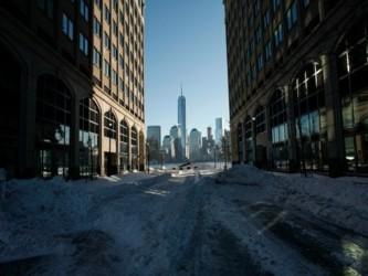 Una gran tormenta de nieve y fuertes vientos paralizó este sábado diez estados de la costa este de...
