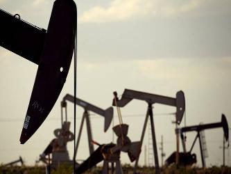 Los precios del petróleo se han desplomado en los últimos 18 meses por debajo de los 30 por barril,...