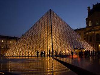 El Louvre recuerda, asimismo, que comenzó en 2009 su actividad en el mundo digital y que dos de sus...