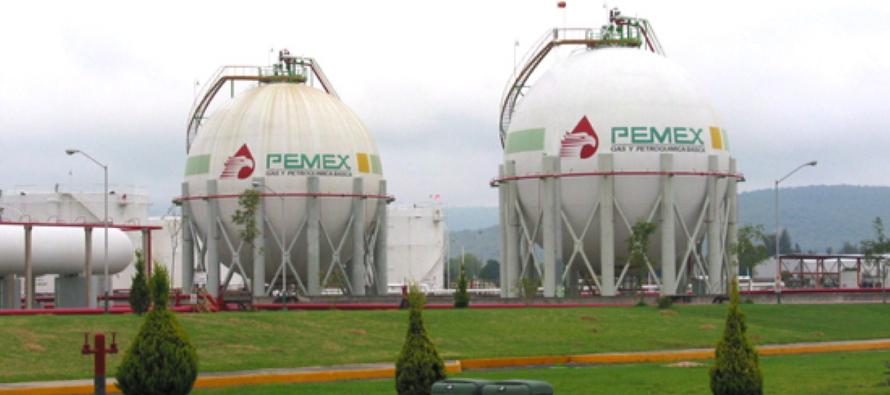 """""""Pemex proporciona un tercio de los ingresos del gobierno y miles de codiciados puestos de trabajo,..."""