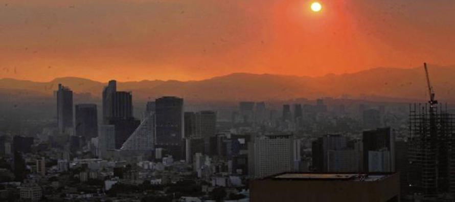 El ozono, un ingrediente clave del esmog, es una forma de oxígeno formada por la reacción de que...