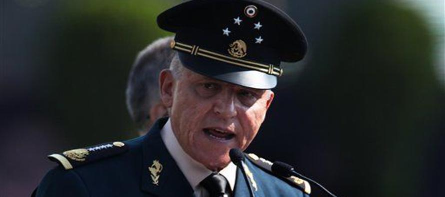El asfalto del campo militar cimbró cuando las trompetas sonaron y los miles de soldados corrieron,...