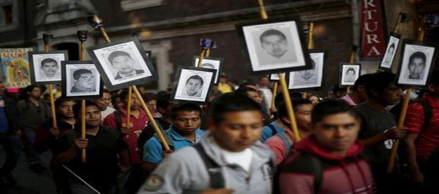 Marchan por desaparici�n de los 43 estudiantes desaparecidos