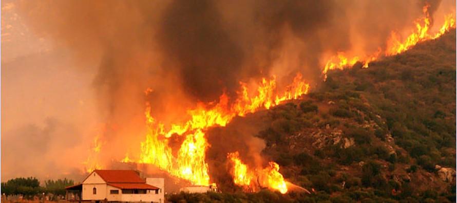 """""""El fuego está arrasando carrascas, matorrales y hierba alta y se ha visto impulsado por el..."""