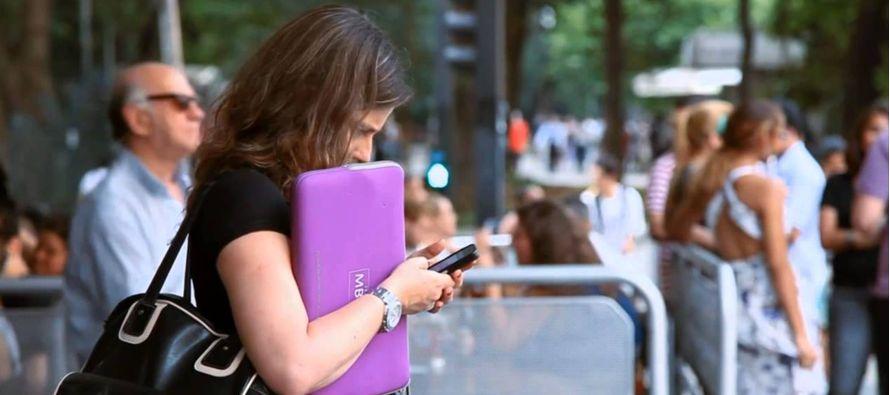 Las consecuencias de usar el celular obsesivamente pueden ser desde pequeños accidentes hasta la...