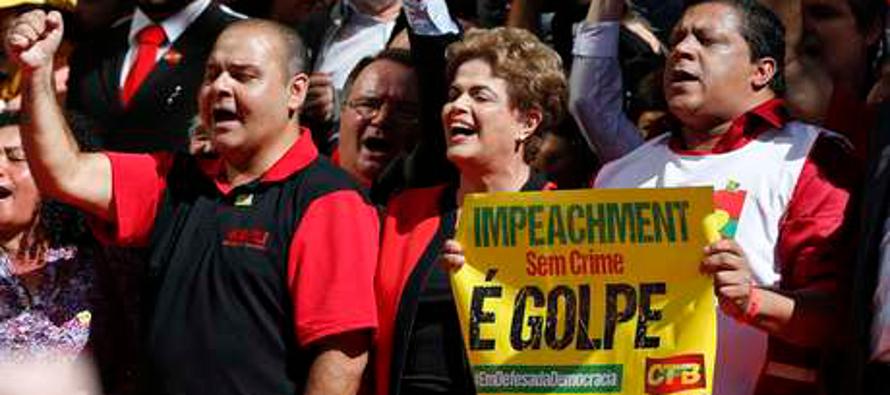 De puntillas sobre la cuerda floja, la primera presidenta de Brasil, Dilma Rousseff, podría perder...