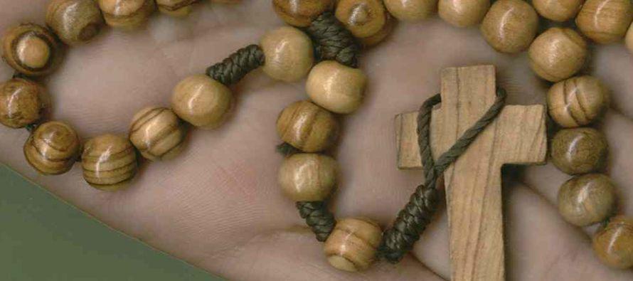 La Iglesia empezó a recomendar el rezo del rosario, que consistía en recitar los 150 salmos de...