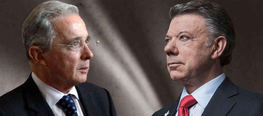 """El expresidente colombiano Álvaro Uribe y otros líderes del """"no"""" que se impuso en el..."""