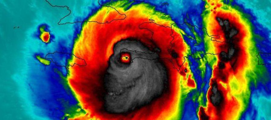 El ojo de Matthew se mueve en estos momentos hacia el noroeste entre la isla de Andros y Nassau, en...