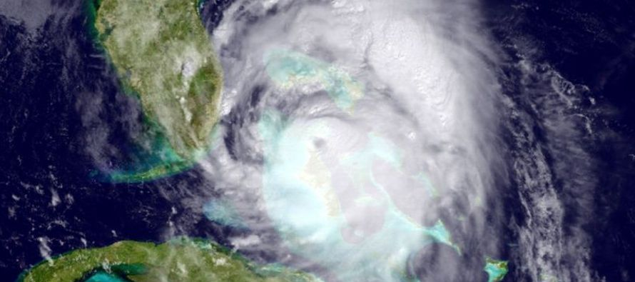 """El """"extremadamente peligroso"""" huracán Matthew ganó de nuevo intensidad al subir sus vientos..."""