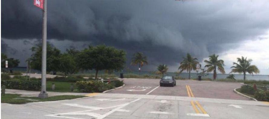La pared occidental exterior del vórtice del huracán de categoría 3 Matthew azota hoy el centro de...