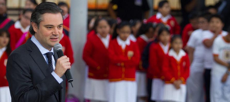 Una niña mexicana de una escuela primaria corrigió en público al secretario de Educación de México,...
