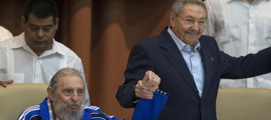 Raúl Castro fue el encargado de dar el mensaje televisivo de la muerte de Fidel. Desde entonces ha...