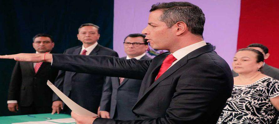 Después de tomar posesión se trasladó al Palacio de Gobierno, en el centro de Oaxaca capital, para...