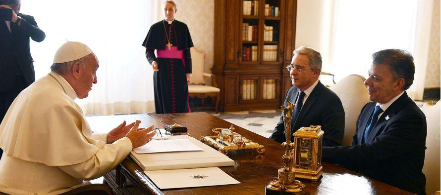 Nada más terminarse el encuentro, que se desarrolló en la biblioteca del palacio pontificio, volvió...