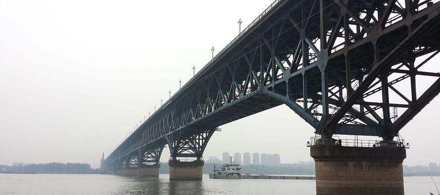 La construcción del puente, edificado de forma temporal en un río que es navegable en buena parte...