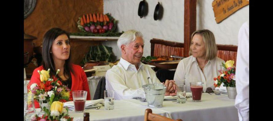 Vargas Llosa nació en Arequipa el 28 de marzo de 1936 y en los últimos años ha colaborado con las obras de revalorización de su casa natal, así como en el fortalecimiento de la biblioteca regional que lleva su nombre, a la cual ha donado miles de libros d