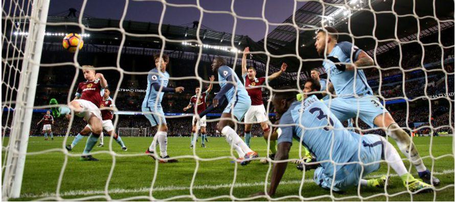 Con un tanto del argentino Sergio Agüero y pese a quedarse con 10 hombres, Manchester City se...