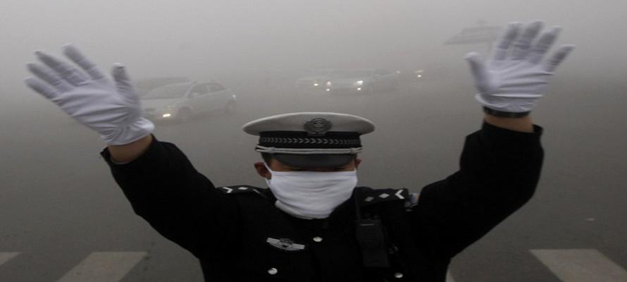 La combinación de la contaminación con la niebla ha hecho que en amplias zonas la visibilidad sea...