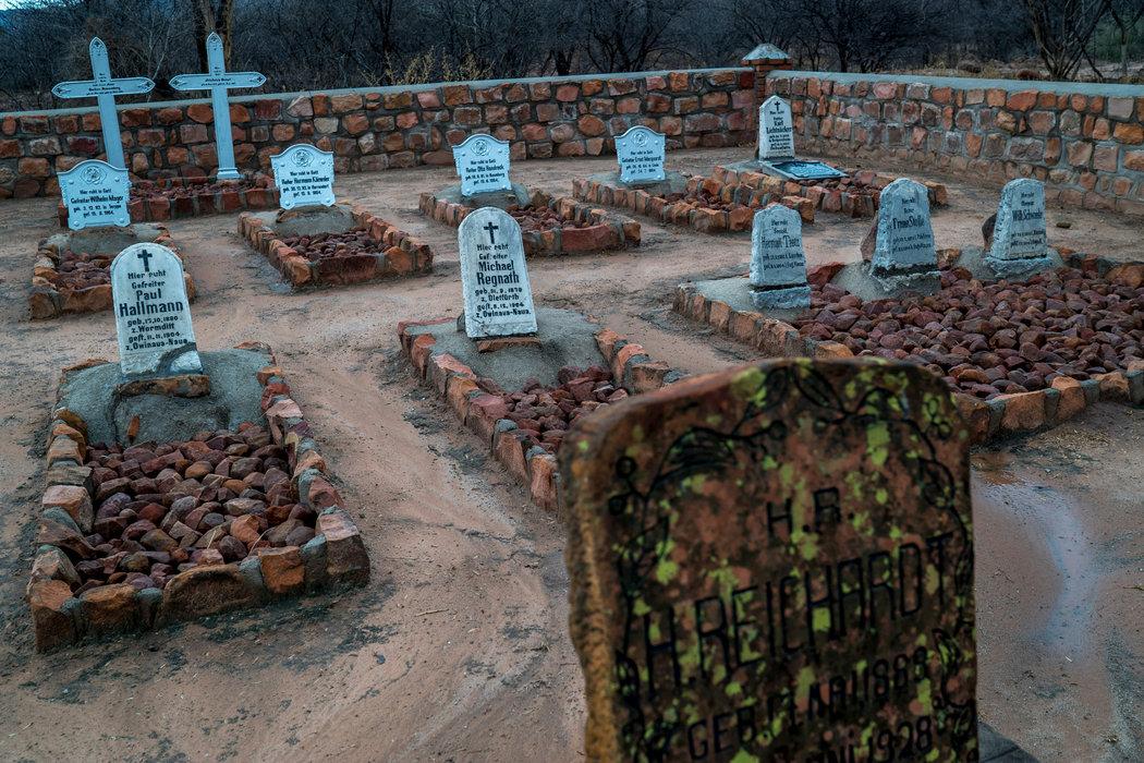Se cree que cerca del 80 por ciento de todos los herero, que llegaban a cien mil, han fallecido. Muchos perecieron después de la batalla de Waterberg en la que les dispararon, los colgaron de árboles o murieron en el desierto; los alemanes también clausur