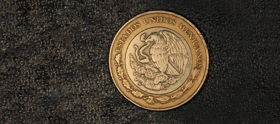 El peso mexicano continúa hoy devaluándose frente al dólar en el mercado interbancario luego del...