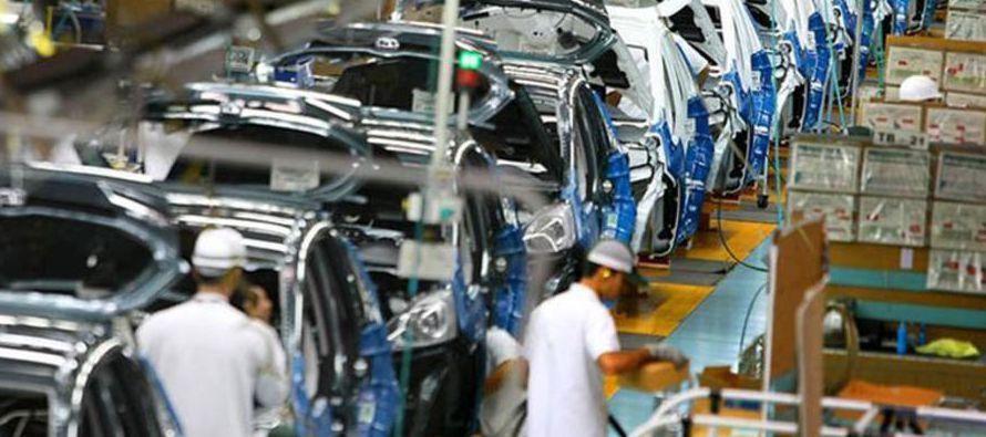 Casi el 80% de los más de tres millones coches que se producen en México acaban al otro lado de la...
