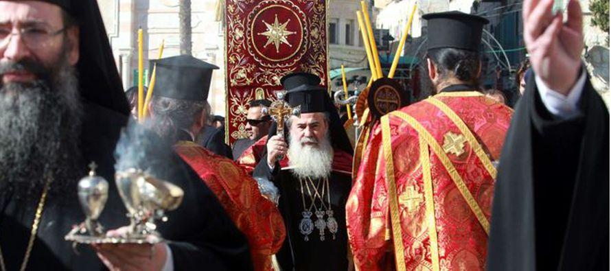 El Patriarca de Jerusalén, Teófilo III, ofició anoche en la Basílica de la Natividad de Belén, en...