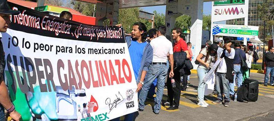 En el plano político, el presidente de México, Enrique Peña Nieto, acusó este viernes a partidos y...